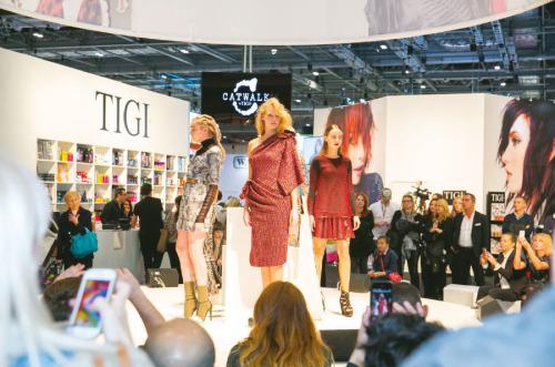 I ove godine u London su došli brojni frizeri koji su željeli prisustvovati predstavljanju najnovijih tehnika šišanja i bojenja kose te prezentacijama novih frizerskih proizvoda.