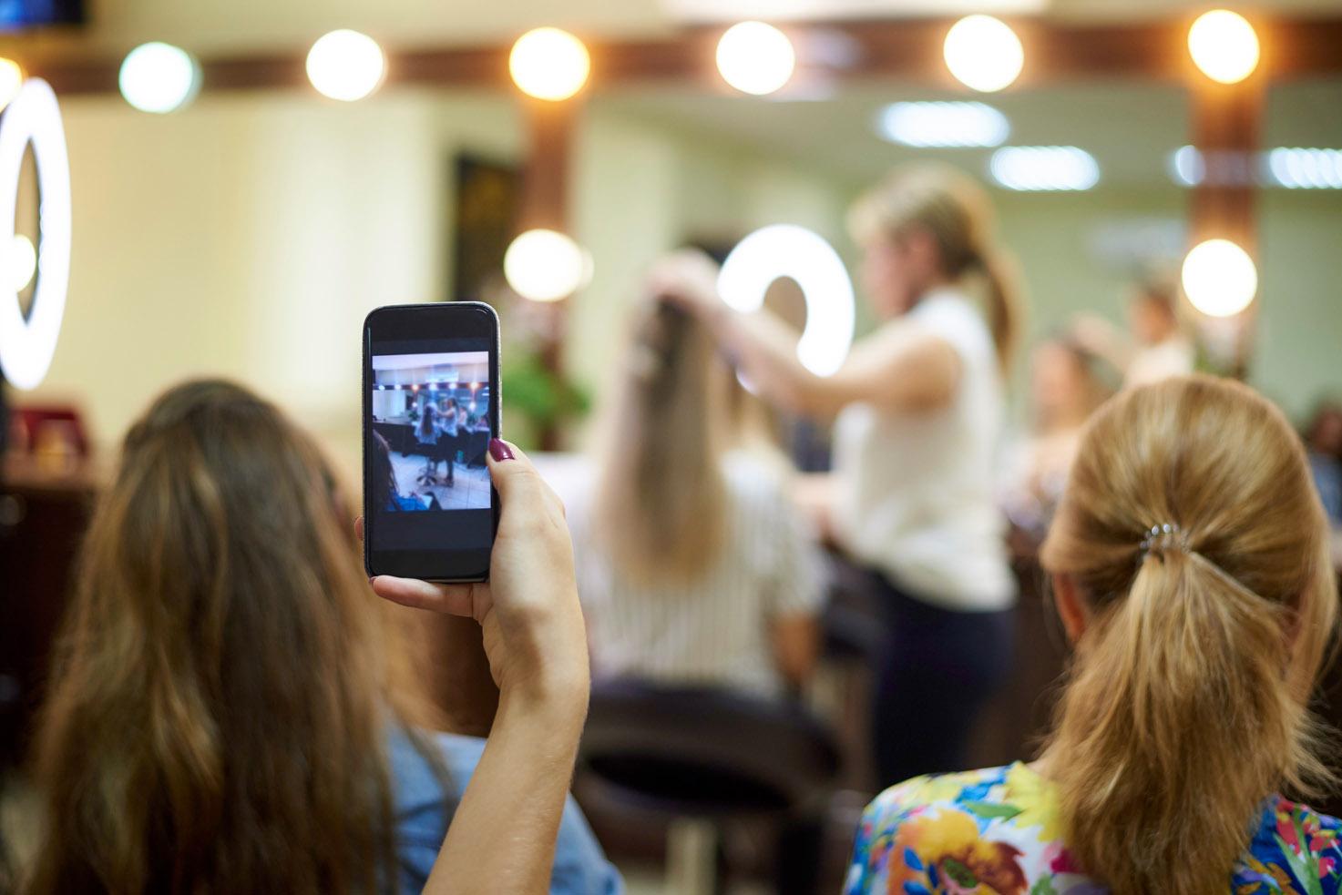 Mlada frizerka snima look&learn frizerski seminar