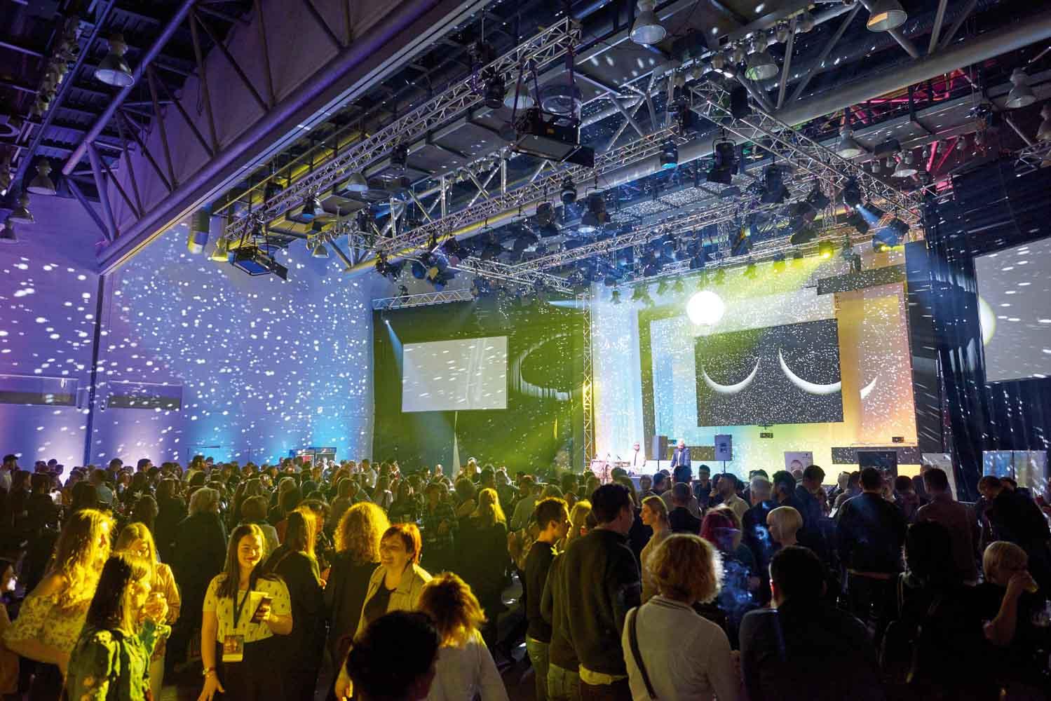 Atmosfera okupljanja frizera na službenoj festivalskoj zabavi
