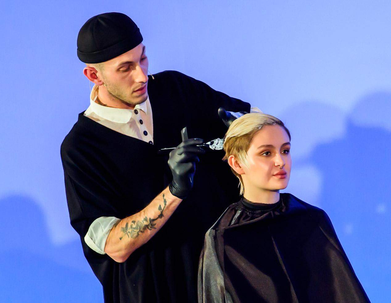 Frizer iz Trevor Sorbie frizerske akademije boja kosu na pozornici Salon Internationala